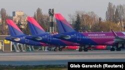 Літаки авіакомпанії Wizz Air на стоянці в аеропорту міста Києва, квітень 2020 року, Київ, Україна