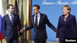 Nicolas Sarkozy, Dmitri Medvedev și Angele Merkel