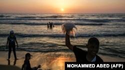 Палестинские дети на берегу моря, сектор Газа, июль 2019 года.