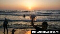 Палестиналык балдар деңиз жээгинде.