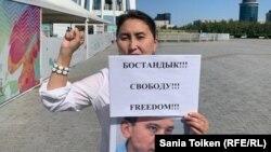 Активистка Алия Жакупова на одиночном пикете. Нур-Султан. 26 августа 2019 года.