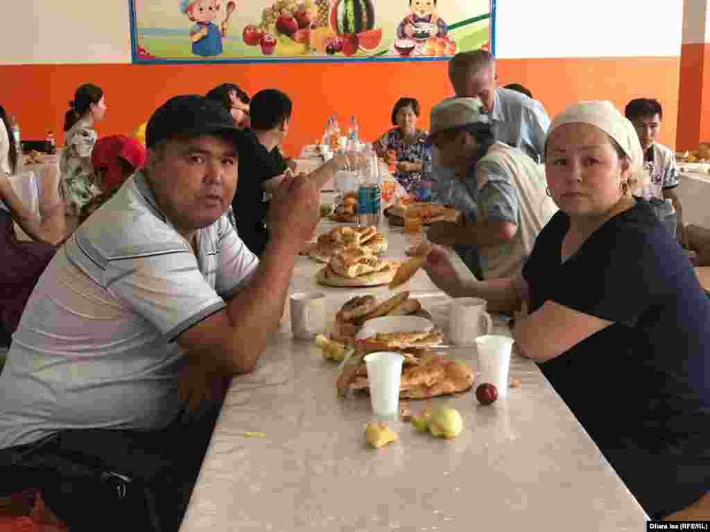Жители города Арысь во время трапезы в школьной столовой.