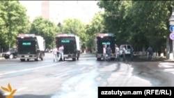 Полицейские на проспекте Баграмяна в Ереване, утро 2 июля