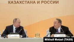 Қазақстан президенті Нұрсұлтан Назарбаев (оң жақта) пен Ресей президенті Владимир Путин өңіраралық ынтымақтастық форумында. Петропавл, 8 қараша 2018 жыл.