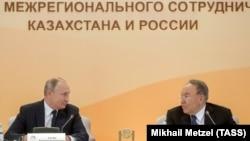 Президент Казахстана Нурсултан Назарбаев (справа) и президент России Владимир Путин на форуме межрегионального сотрудничества в Петропавловске. 8 ноября 2018 года.