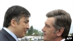 Михаил Саакашвили встретил президента Украины Виктора Ющенко как брата