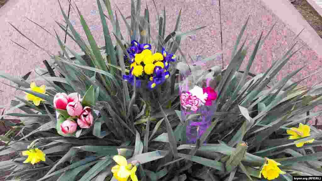 В Керчи уже к полудню у памятника украинскому поэту лежало несколько букетов цветов, один из них – в желто-синей цветовой гамме