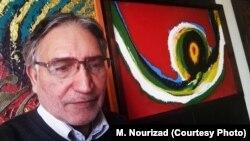 محمد نوریزاد در کنار یکی از نقاشیهایش