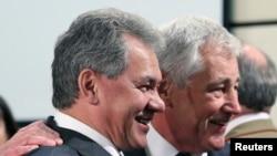 На снимке: министры обороны России Сергей Шойгу и США Чак Хэйгел во время встречи в Брюссле в октября 2013 года