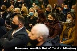 Në këtë takim të kryeministrit në detyrë, Avdullah Hoti shihen të pranishmit duke bartur maska por duke mos respektuar kriterin tjetër, distancën. 19.01.2021, Prishtinë.