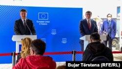 Predstavnik EU za dijalog Miroslav Lajčak (levo) i zamenik pomoćnika američkog državnog sekretara Metju Palmer (desno), Priština (1. jun 2021.)