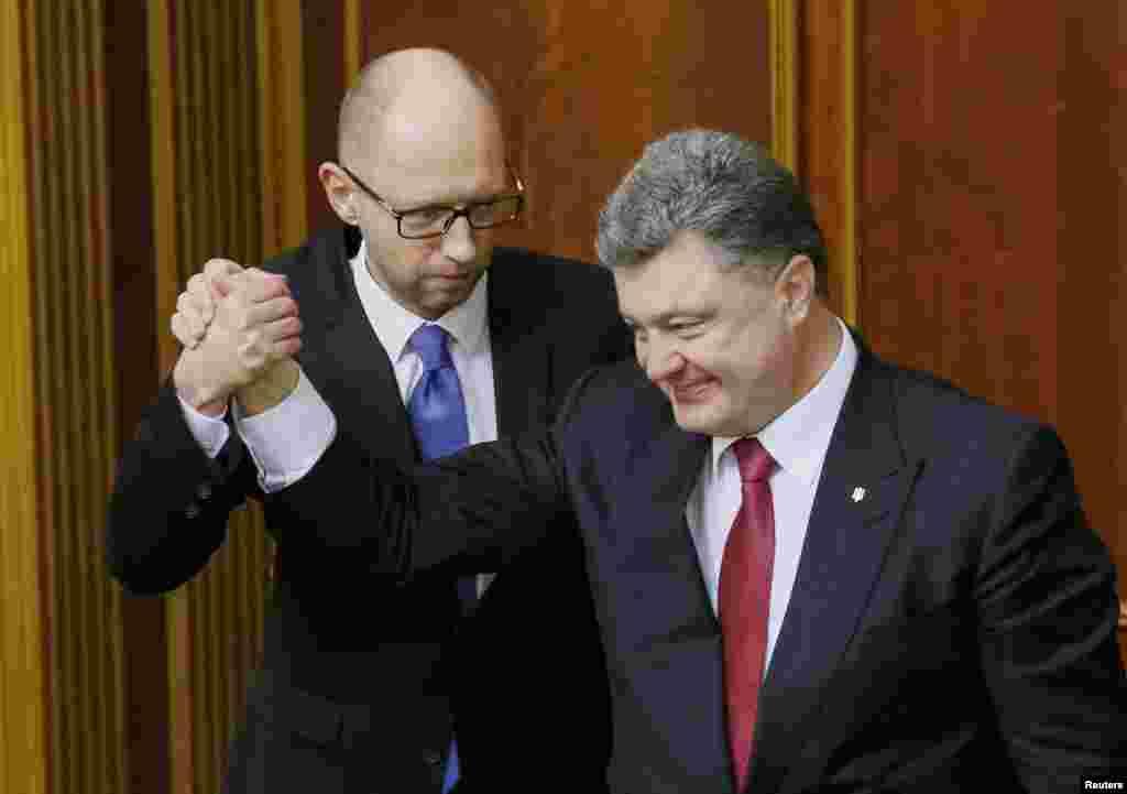 Президент України Петро Порошенко і новопризначений прем'єр-міністр Арсеній Яценюк. 27 листопада 2014 року