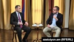 Секретарь Совета безопасности Армен Григорян (слева) дает интервью журналисту Радио Азатутюн Саргису Арутюняну, Ереван, 7 мая 2021 г.
