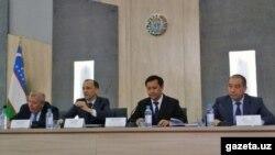 Глава Агентства санитарно-эпидемиологического благополучия при Министерстве здравоохранения Бахром Алматов (второй справа).