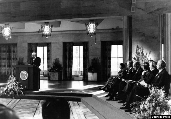 Анатолий Ковалев представлял Михаила Горбачева на церемонии вручения Нобелевской премии. Фотография из архива Андрея Ковалева