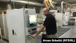 Samir Kotorić iz Tešnja radi na najsavremenijoj mašini u drvnoj industriji - petoosnom CNC obradnom centru