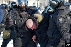 Policija privodi muškarca tokom protesta zbog hapšenja lidera opozicije Alekseja Navaljnog u Habarovsku 23. januara.