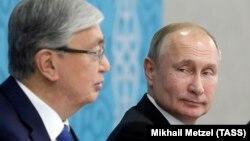 Vladimir Putin (sağda) və Qazaxıstan prezidenti Qasım-Jomart Toqayev (Arxiv fotosu)