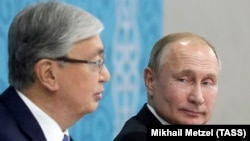 Президент Казахстана Касым-Жомарт Токаев (слева) и президент России Владимир Путин на форуме межрегионального сотрудничества в Омске. 7 ноября 2019 года.