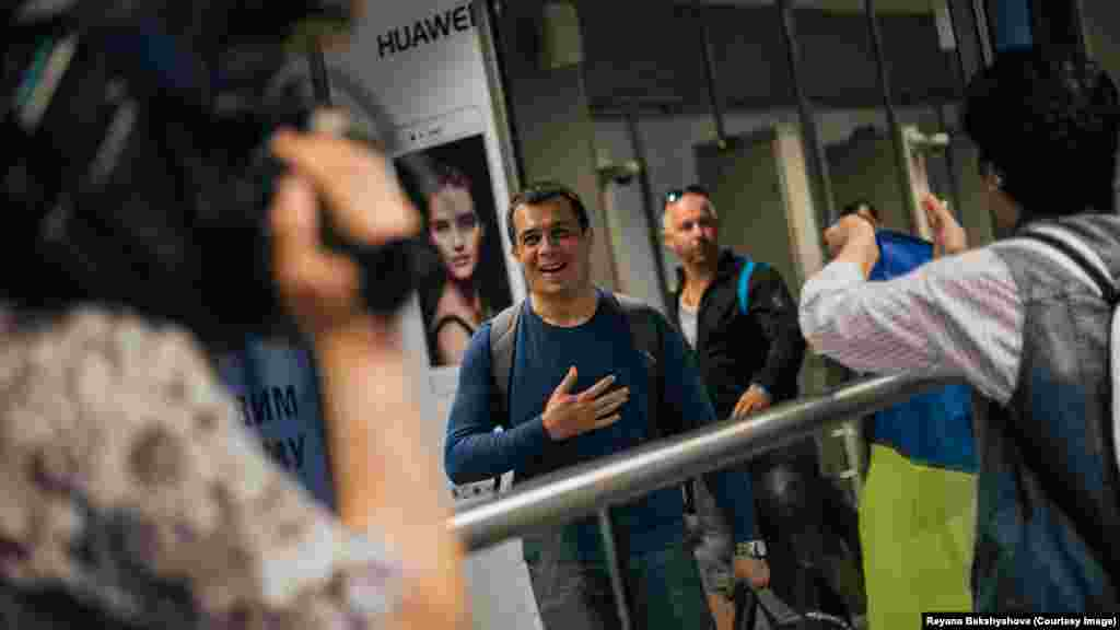 Advokat Emil Kurbedinov uçaqnen Ukrainağa keldi