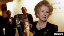 Маргарет Тэтчер 1997 елда үзенең яңа китабын тәкъдитм итә.
