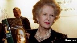 Маргарет Тэтчер өзінің кітабын ұстап, суретке түсіп тұр. Лондон, 25 қараша 1997 жыл.