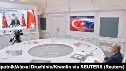 Президент России Владимир Путин и президент Турции Тайип Эрдоган (на экране монитора). Москва, 10 марта, 2021 года.