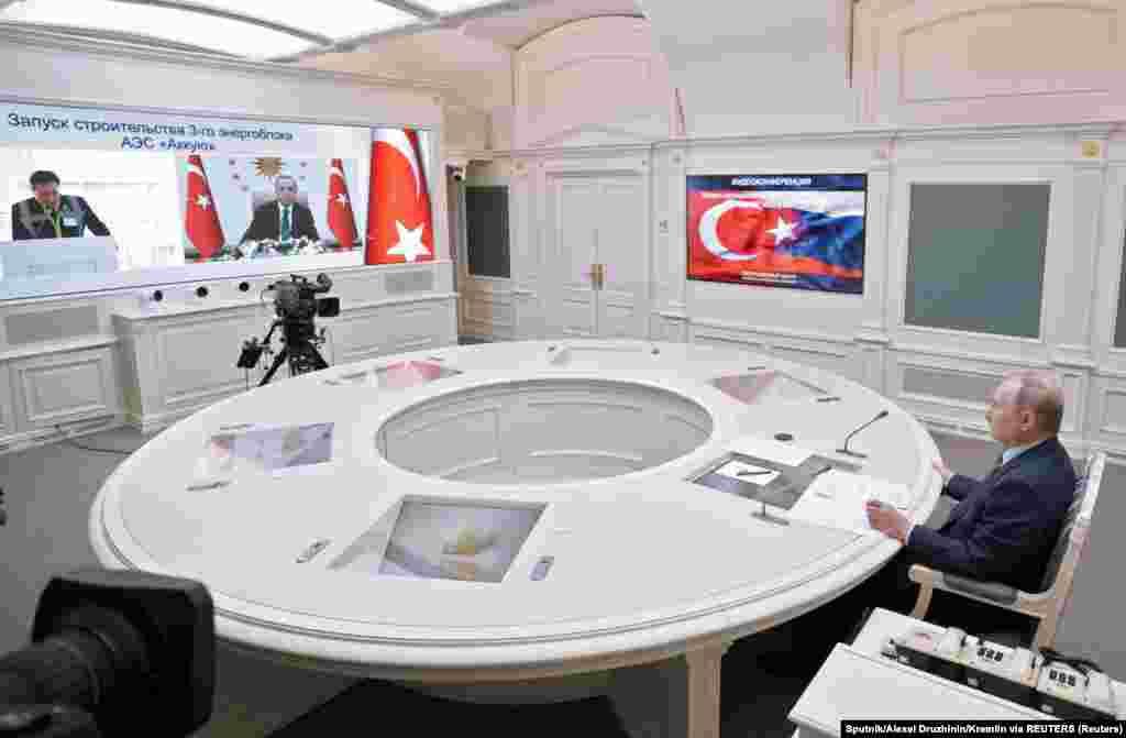 РУСИЈА / ТУРЦИЈА - Рускиот и турскиот претседател Владимир Путин и Реџеп Таип Ердоган денеска беа сведоци на започнувањето на изградбата на нов реактор на првата нуклеарна централа во Турција. Тие во живо преку видео врска го следеа поставувањето на третата единица на нуклеарната централа Акују во јужна Турција.