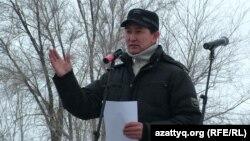 Журналист Лұқпан Ахмедьяров митингіде сөйлеп тұр. Орал, 2012 жыл. Көрнекі сурет