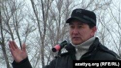 Журналист Лұқпан Ахмедьяров Жаңаөзен оқиғасының 100 күндігіне орай өткен қарсылық митингісінде. Орал, 24 наурыз 2012 жыл. (Көрнекі сурет)