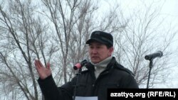 Оралда Жаңаөзен оқиғасының жүз күндігіне орай өткен қарсылық митингісін ұйымдастырушы Лұқпан Ахмедьяров. Орал, 24 наурыз 2012 жыл.