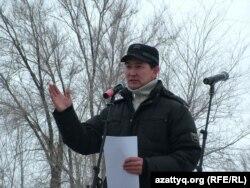 Журналист и гражданский активист Лукпан Ахмедьяров выступает на акции протеста оппозиции. Уральск, 24 марта 2012 года.