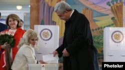 Armenia - President Serzh Sarkisian casts a ballot at a polling station in Yerevan, 2Apr2017.