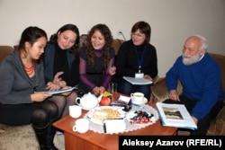 Альфия Макаримова и Аделия Амраева (в центре) на мастер-классе для детских писателей Казахстана. Алматы, 22 ноября 2012 года.