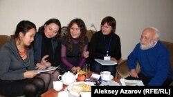 Аделия Амраева (ортада) қазақстандық балалар жазушыларымен бірге. Алматы, 22 қараша 2012 жыл.