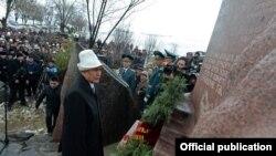 Атамбаев Аксы окуясын эскерген иш-чарада. 17-март, Аксы району