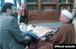 عباس ایروانی (نفر وسط) همراه با صادق خرازی در حال نشان دادن دو نسخه قرآن به اکبر هاشمی رفسنجانی