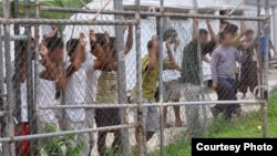 یک کمپ پناهندگان در مانوس