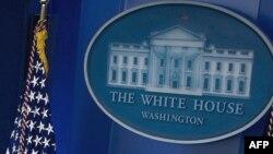 Флаг США в зале брифингов для прессы в Белом доме.