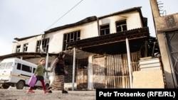 Сгоревшее во время погромов здание в селе Масанчи. Жамбылская область, 26 февраля 2020 года.