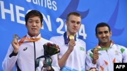 Азия ойындарының жеңімпазы Дмитрий Баландин (ортада). Инчхон, 26 қыркүйек 2014 жыл