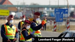 Угорські поліцейські на закритому кордоні Угорщини та Австрії, 18 березня 2020 року