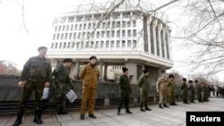Казактардан құралған отряд парламент жиыны кезінде ғимаратты күзетіп тұр. Симферополь, 6 наурыз 2014 жыл.