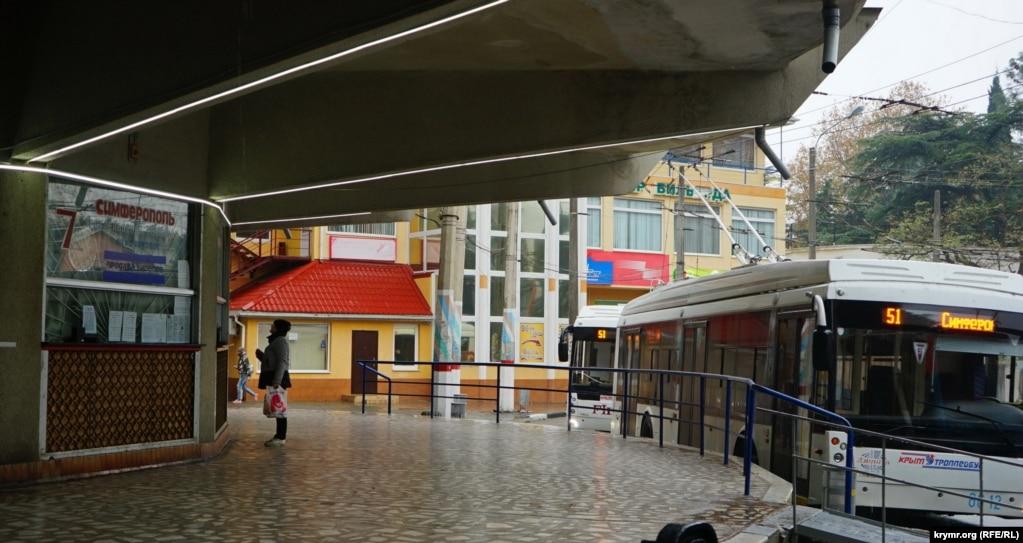 На троллейбусной станции