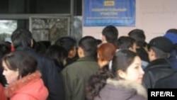 Студенты на избирательном участке в день выборов президента Казахстана. Алматы, 4 декабря 2005 года.