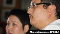 Справа - Арсен Ералы, сын Болата Атабаева. Алматы, 25 июня 2012 года.