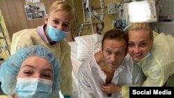 Алексей Навальный с семьей в клинике Берлина после отравления