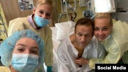 """Алексей Навални със семейството си в германската клиника """"Шарите"""". Това е първата снимка на опозиционния политик, която беше публикувана след отравянето му на 20 август."""