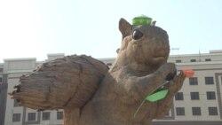У гигантской белки в Алматы появились тюбетейка и тюльпан