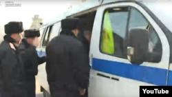 Скриншот из трансляции Азаттыка с места собрания у офиса партии «Нур Отан» в Алматы, где полиция задержала по меньшей мере несколько человек. Алматы, 27 февраля 2019 года.
